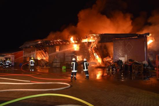 Bild - Großfeuer in Owschlag, Maschinenhalle brennt in voller Ausdehnung – massiver Löscheinsatz für die Feuerwehr
