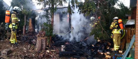 Bild - Brennholzlager brannte – Feuerwehr verhindert Übergreifen der Flammen auf das angrenzende Wohngebäude