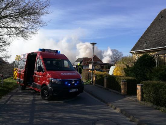 Bild - Feuer zerstört Halle in Revensdorf