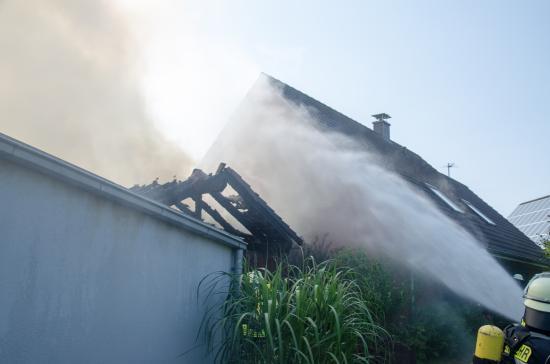 Bild - Feuer zerstört Carport und PKW
