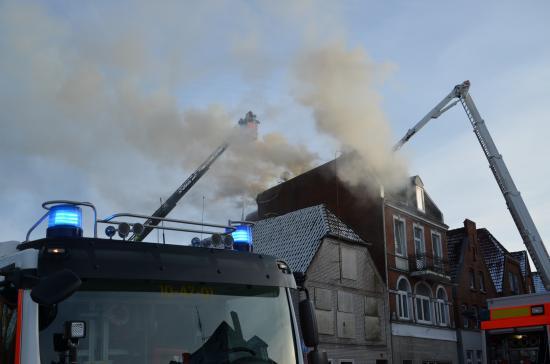 Bild - Feuer im Dachgeschoss – Großaufgebot der Feuerwehr und Rettungsdienst