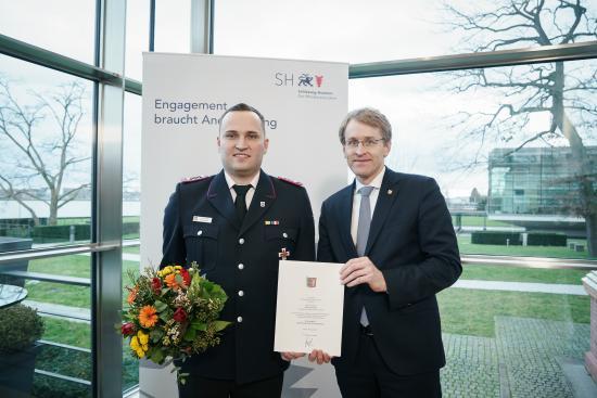 Bild - Brandschutzehrenzeichen der Sonderstufe an Adrian Jensen von der Feuerwehr Schacht-Audorf verliehen