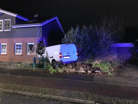 Bild - Rendsburg – Alarmmeldung Kleintransporter gegen Haus Einsatz für Feuerwehr und THW