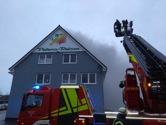 Bild - Dachstuhlbrand in Wasbek -Großalarm für alle umliegenden Feuerwehren-