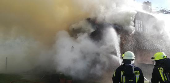 Bild - Feuer zerstört Reetdachhaus in Stafstedt