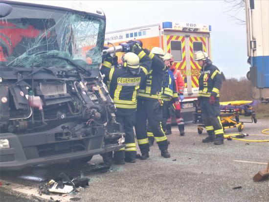 Bild - Schwerer Verkehrsunfall mit LKW auf B430 bei Hohenwestedt