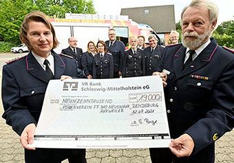 Bild - Sonja Ruge und Uwe Wichert mit Scheck über 19.000 Euro