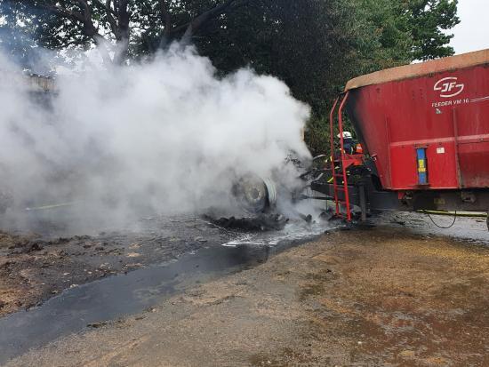 Bild - Landwirtschaftliche Zugmaschine geht in Flammen auf