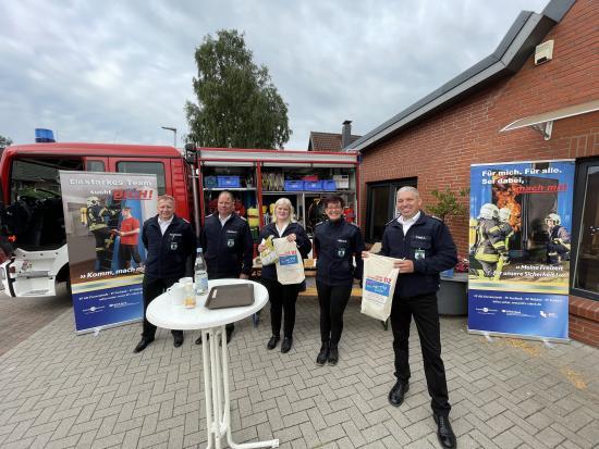 Bild - FF Nübbel: Aktive Mitgliederwerbung mit gefülltem Feuerwehr-Brotbeutel vor der Bäckerei
